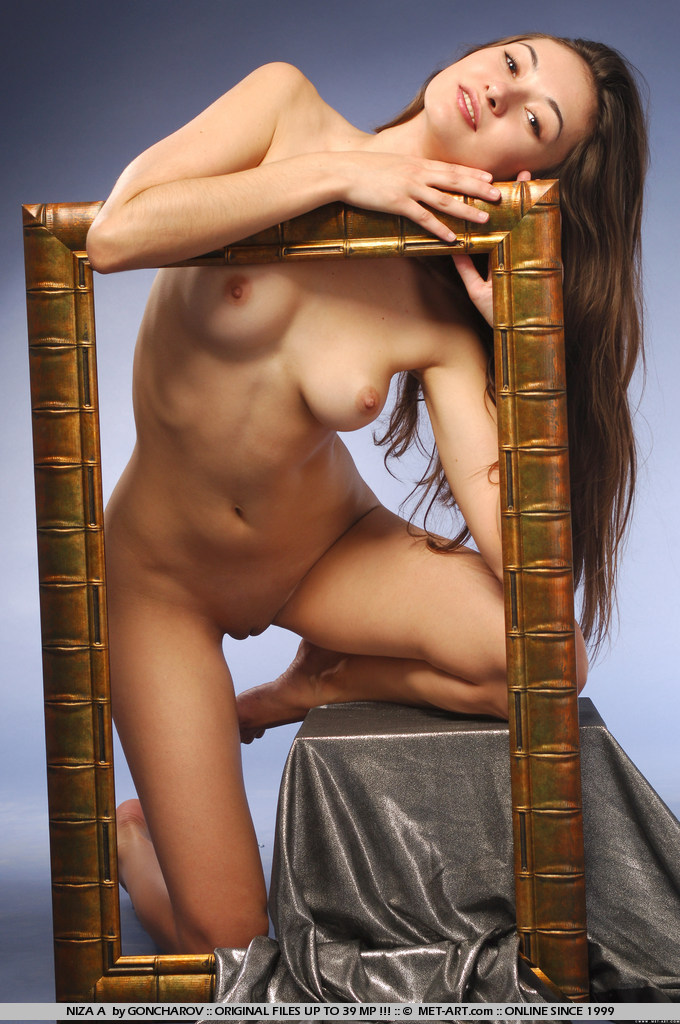 niza-a-picture-frame-naked-metart-07
