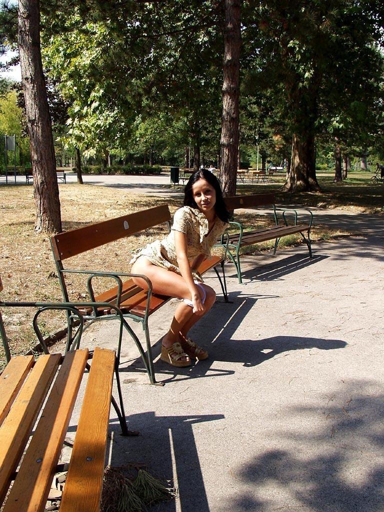 noemi-s-brunette-flash-in-public-park-06