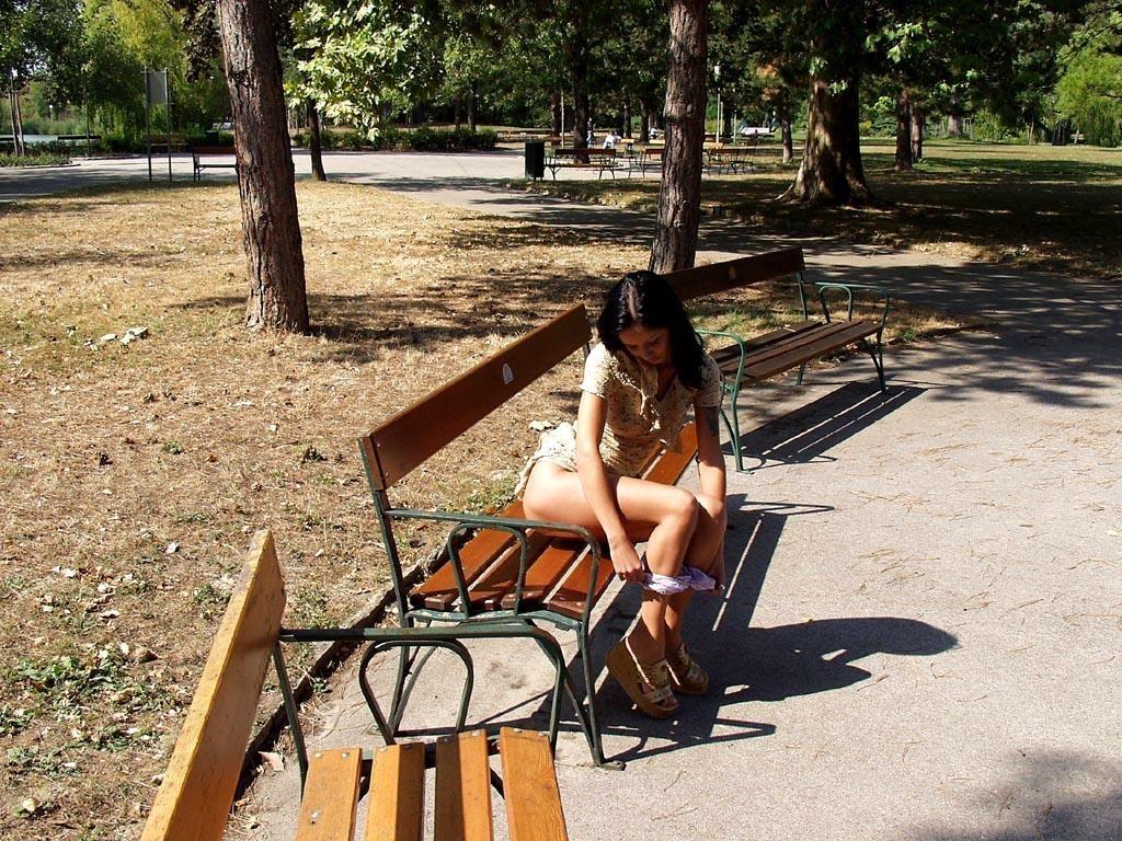 noemi-s-brunette-flash-in-public-park-07