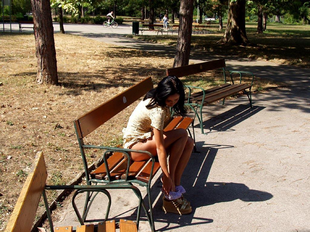 noemi-s-brunette-flash-in-public-park-08