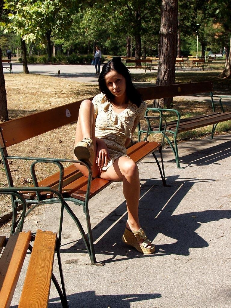 noemi-s-brunette-flash-in-public-park-11