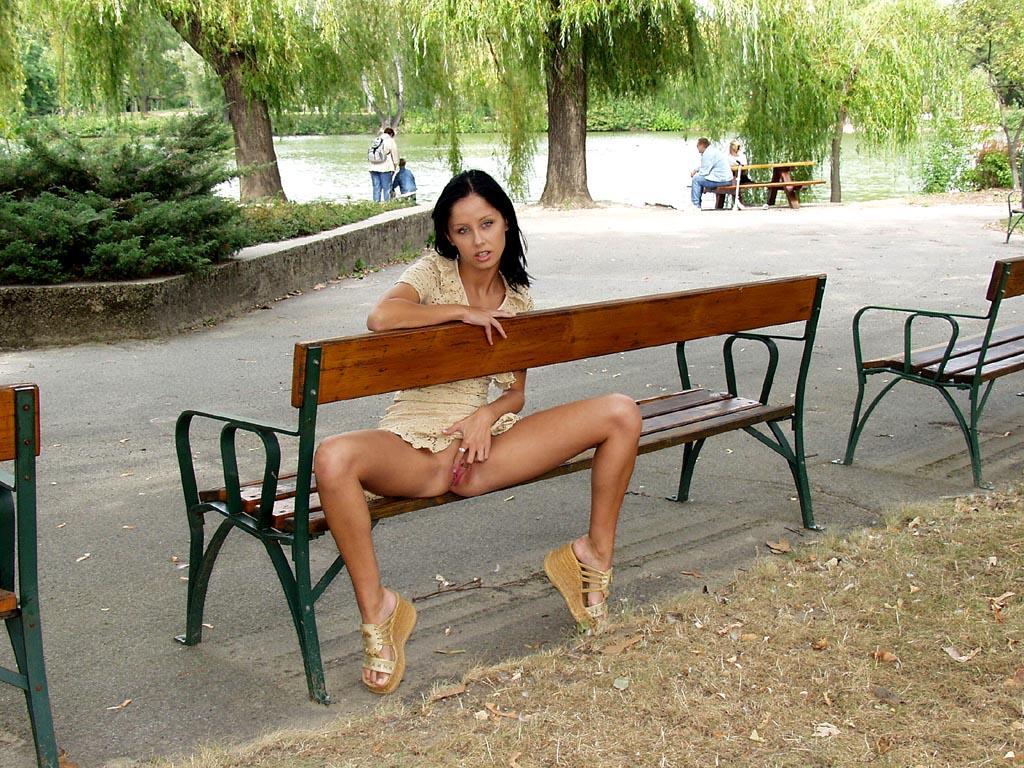 noemi-s-brunette-flash-in-public-park-17