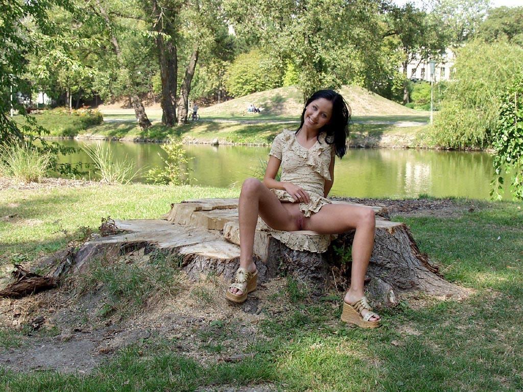 noemi-s-brunette-flash-in-public-park-26