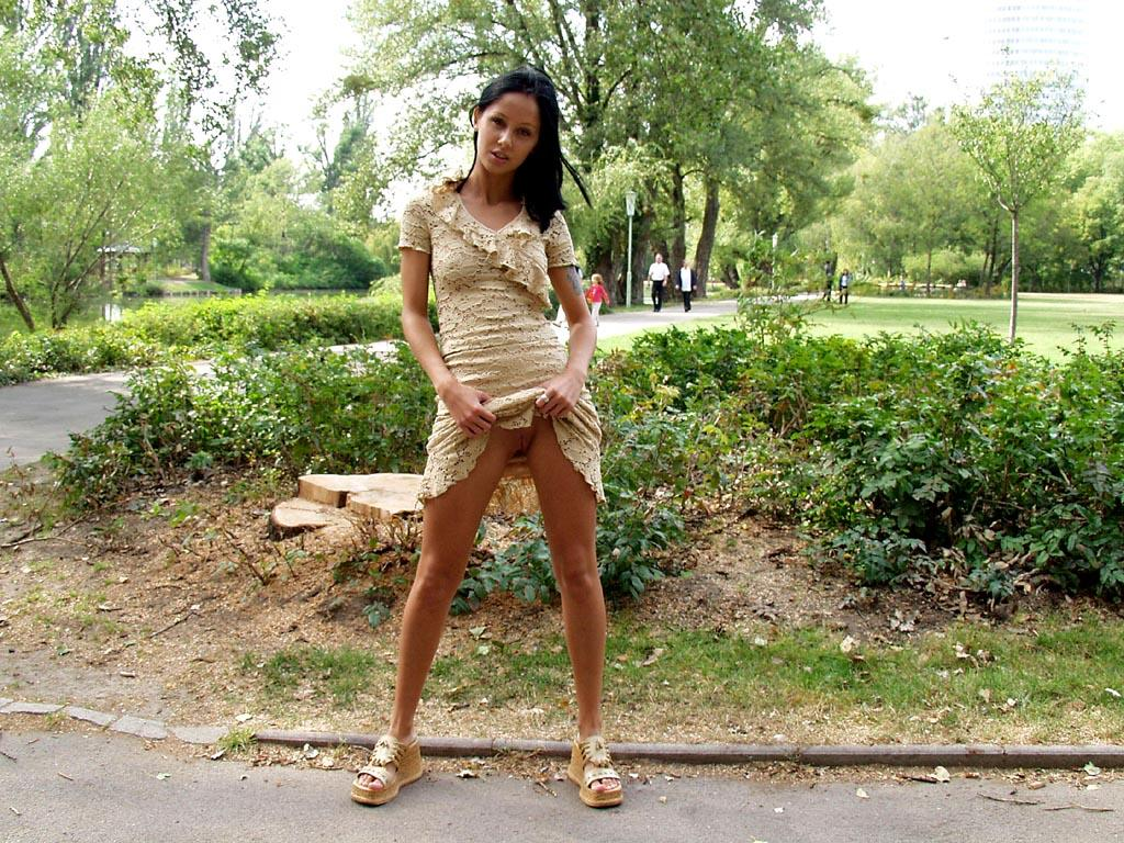 noemi-s-brunette-flash-in-public-park-37