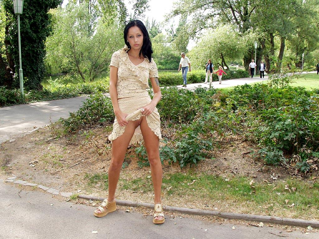 noemi-s-brunette-flash-in-public-park-38