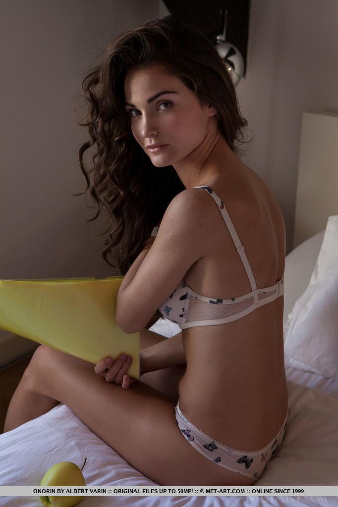 onorin-apple-bedroom-nude-metart-02