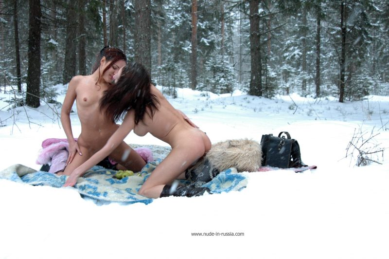oxana-&-alina-winter-nude-in-russia-16