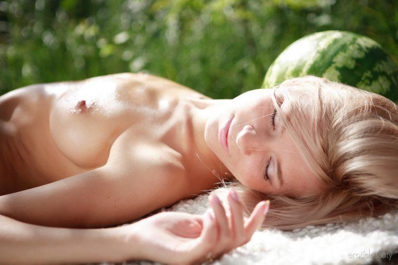paloma-b-watermelon-nude-eroticbeauty-04