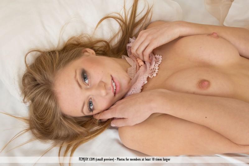 patricya-l-blond-naked-bedroom-femjoy-02