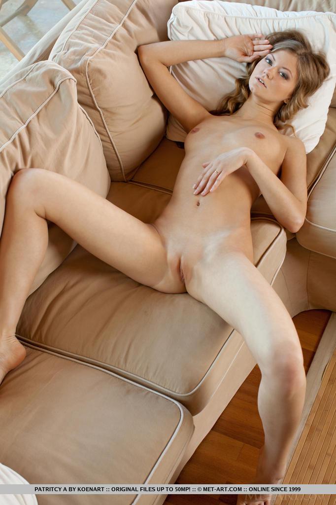 patritcy-pink-nighty-sofa-metart-09