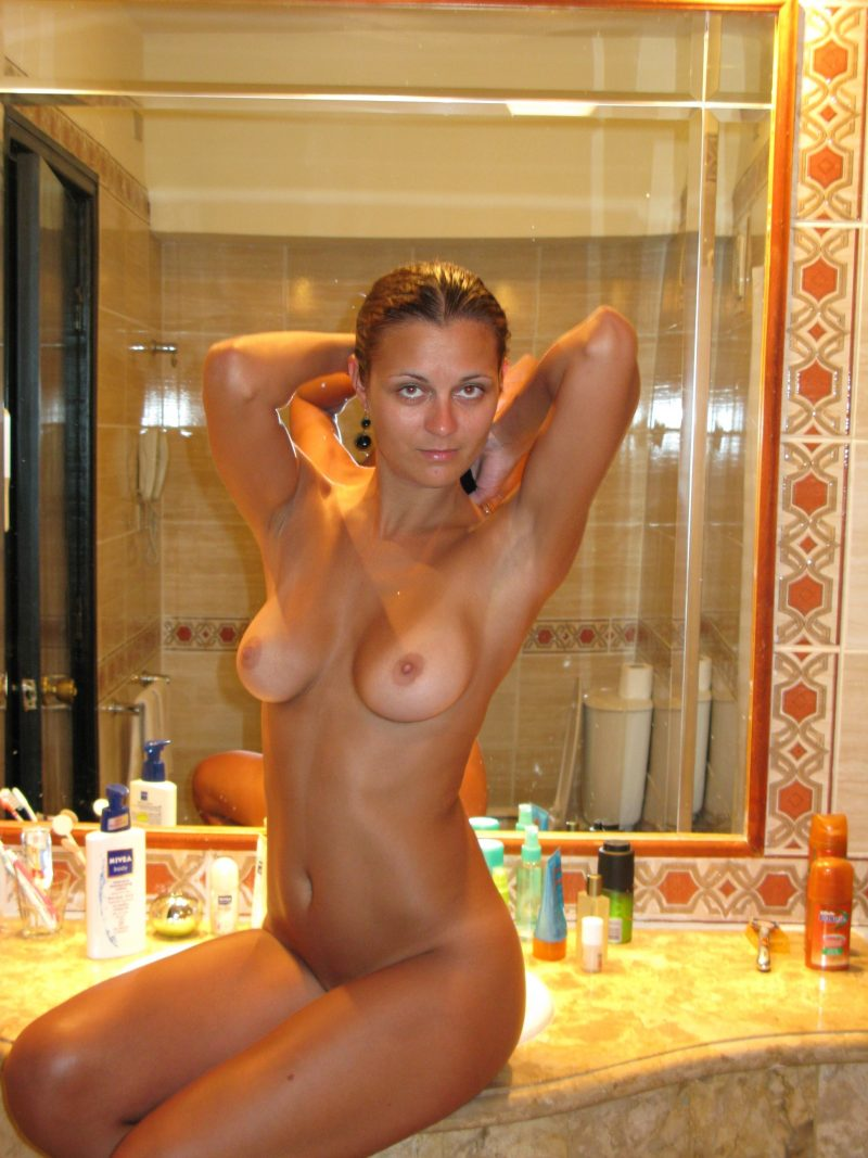 perfect-body-nude-amateur-on-vacation-17