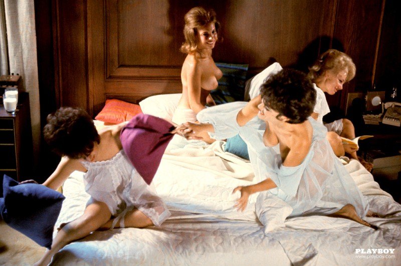playmate-pillow-fight-1963-vintage-retro-playboy-06