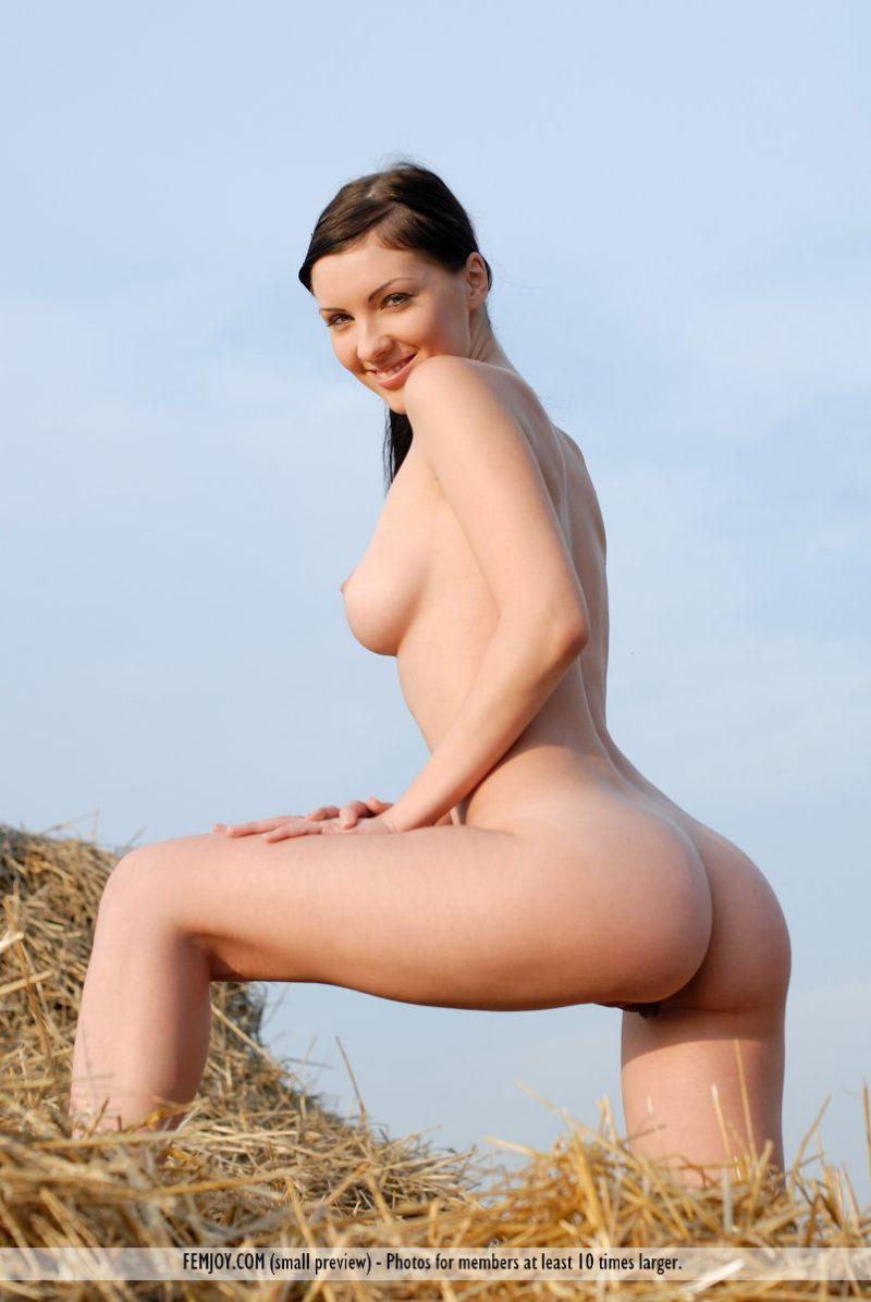 phylis-nude-boobs-haystack-femjoy-03