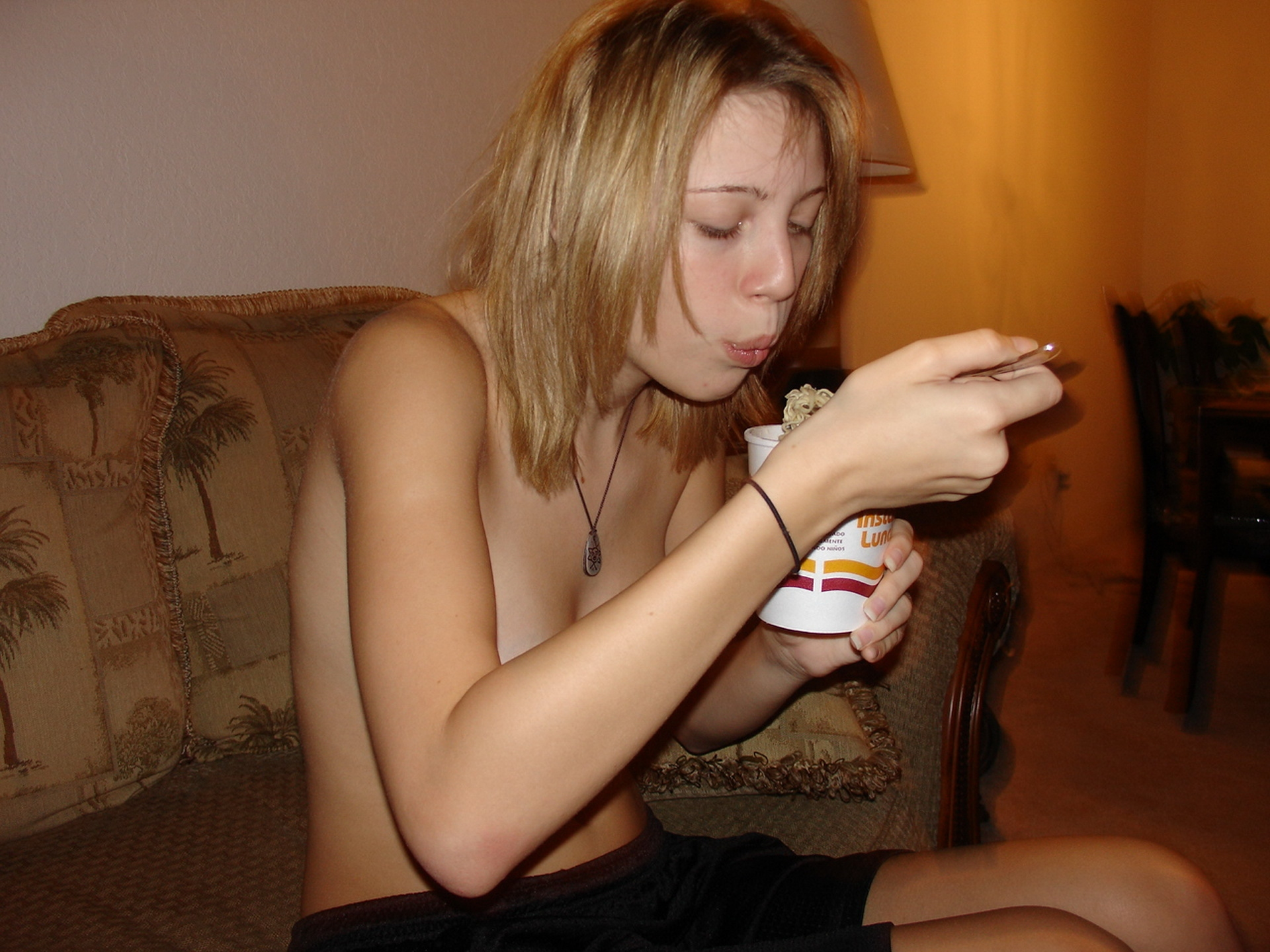 nude-young-amateur-girl-on-the-sofa-13