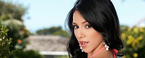 Reyna Arriaga in pink bikini