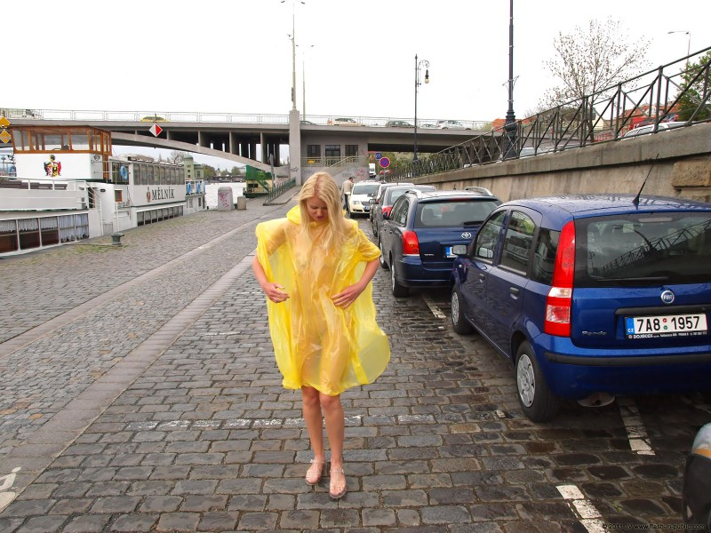aneta-d-naked-rainy-flash-in-public-01