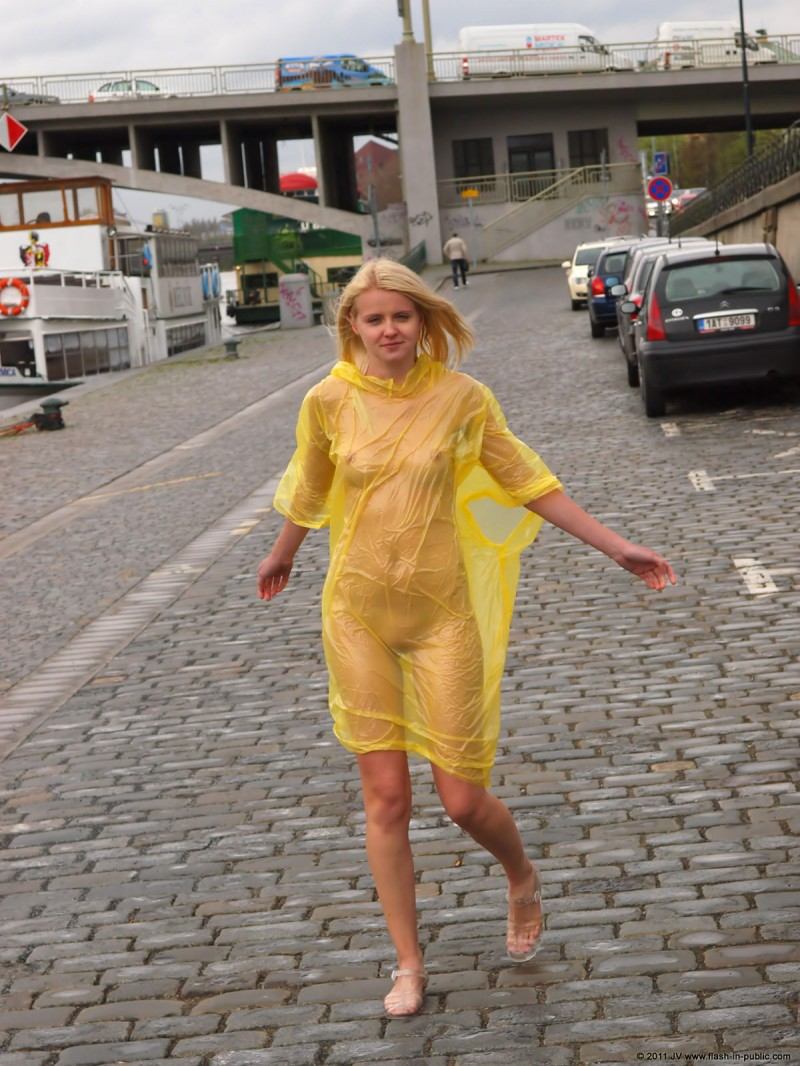 aneta-d-naked-rainy-flash-in-public-02