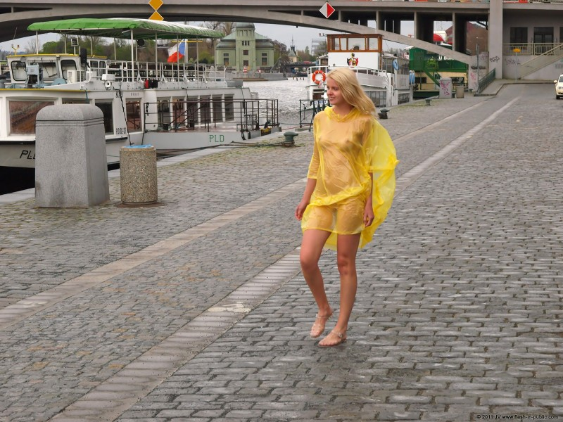 aneta-d-naked-rainy-flash-in-public-03
