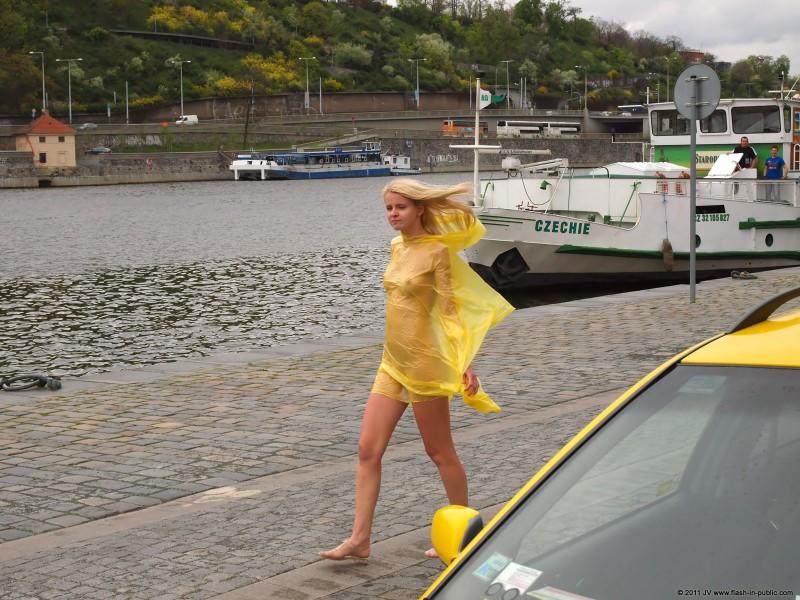 aneta-d-naked-rainy-flash-in-public-09