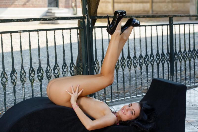 sapphira-nude-public-metart-08