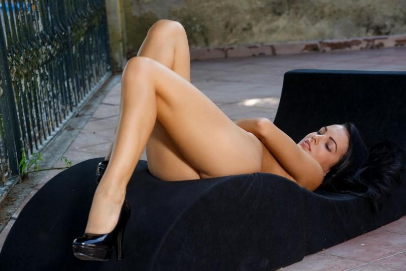 sapphira-nude-public-metart-09