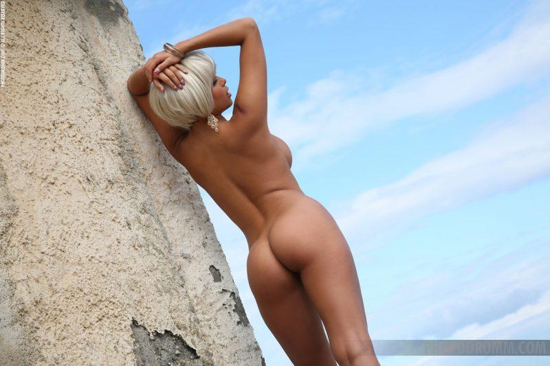 sarah-blonde-wig-seaside-photodromm-08