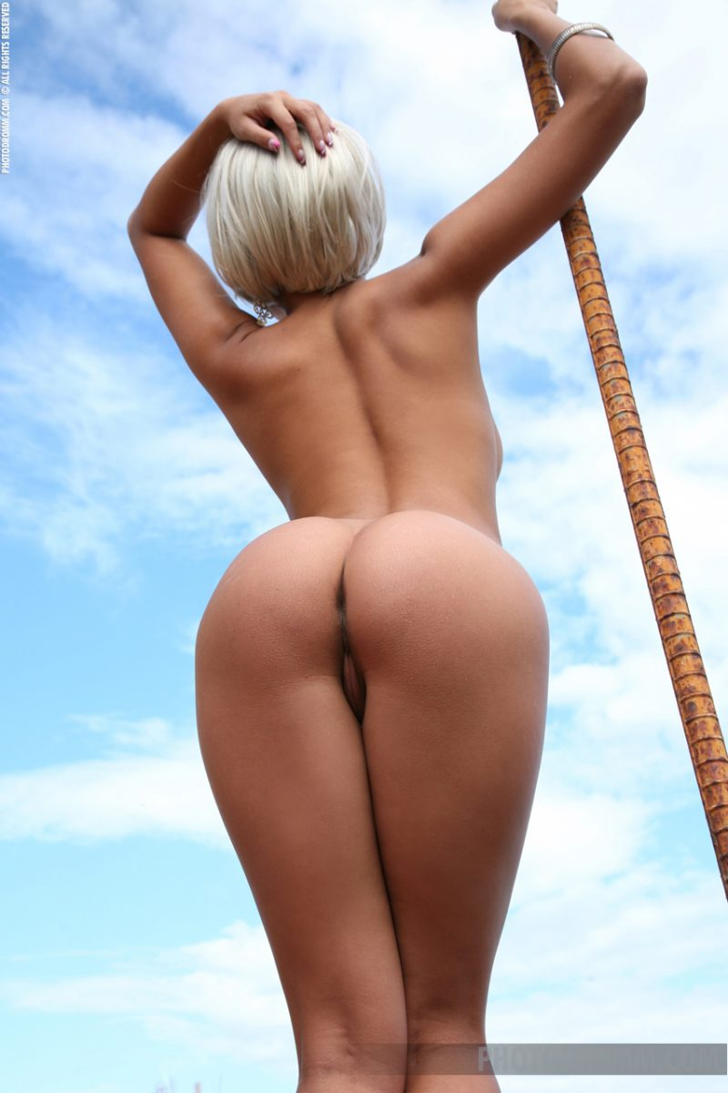 sarah-blonde-wig-seaside-photodromm-10