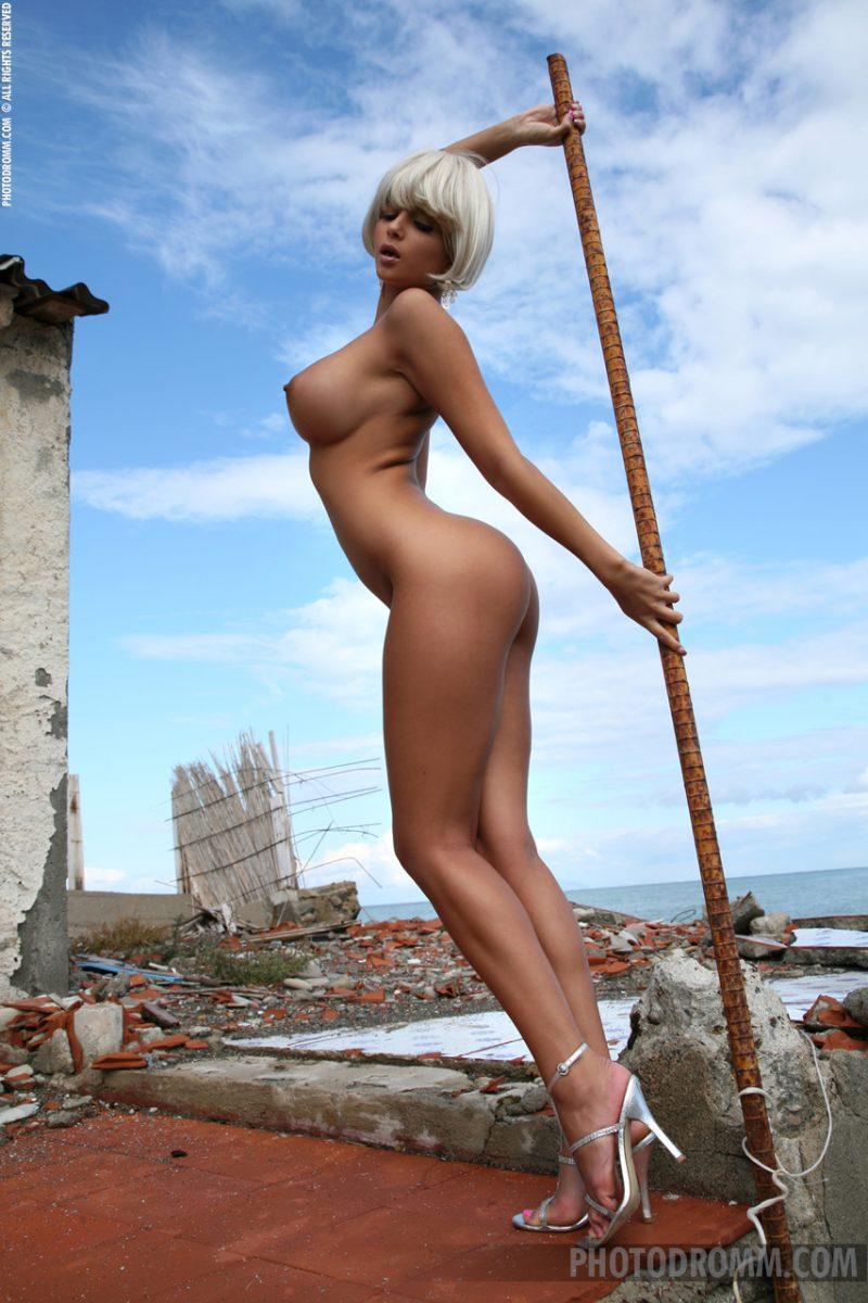 sarah-blonde-wig-seaside-photodromm-12