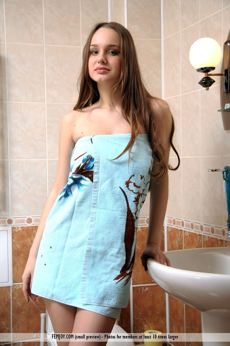 saskia-boobs-bathroom-nude-femjoy-01