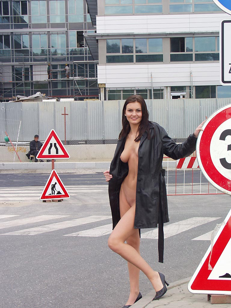 nikola-nude-in-public-02