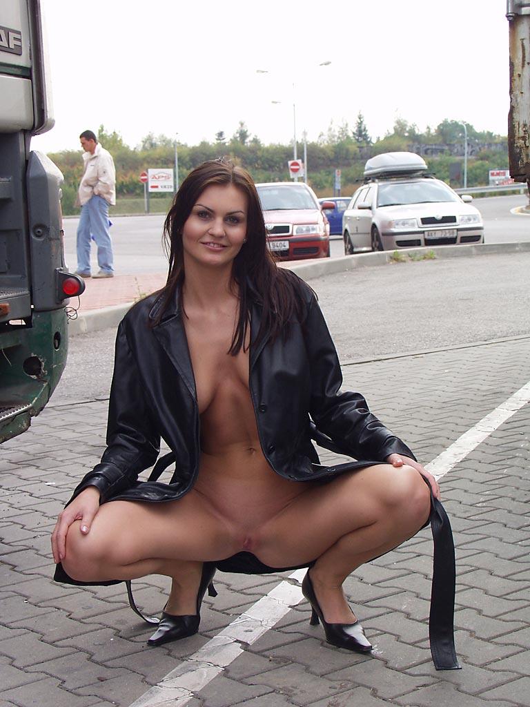 nikola-nude-in-public-07