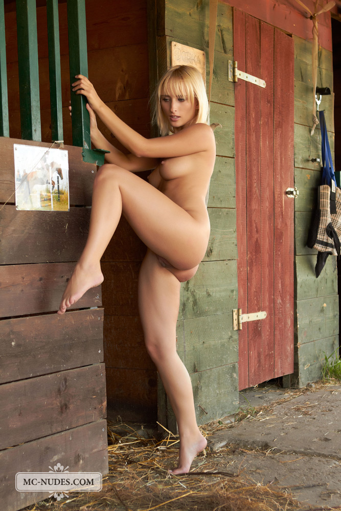 colette-horse-stable-mc-nudes-02
