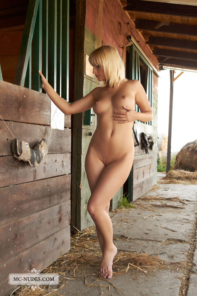 colette-horse-stable-mc-nudes-04