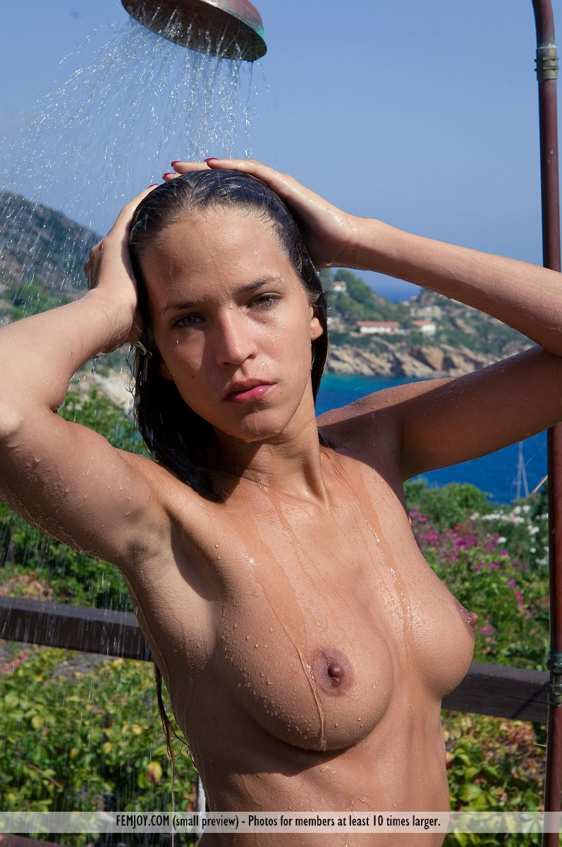 simona-outdoor-shower-femjoy-05