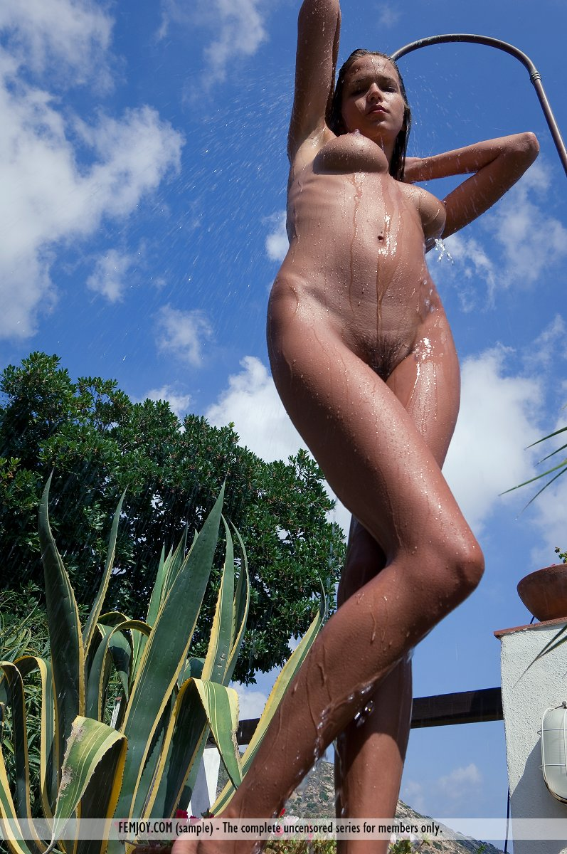 simona-outdoor-shower-femjoy-06