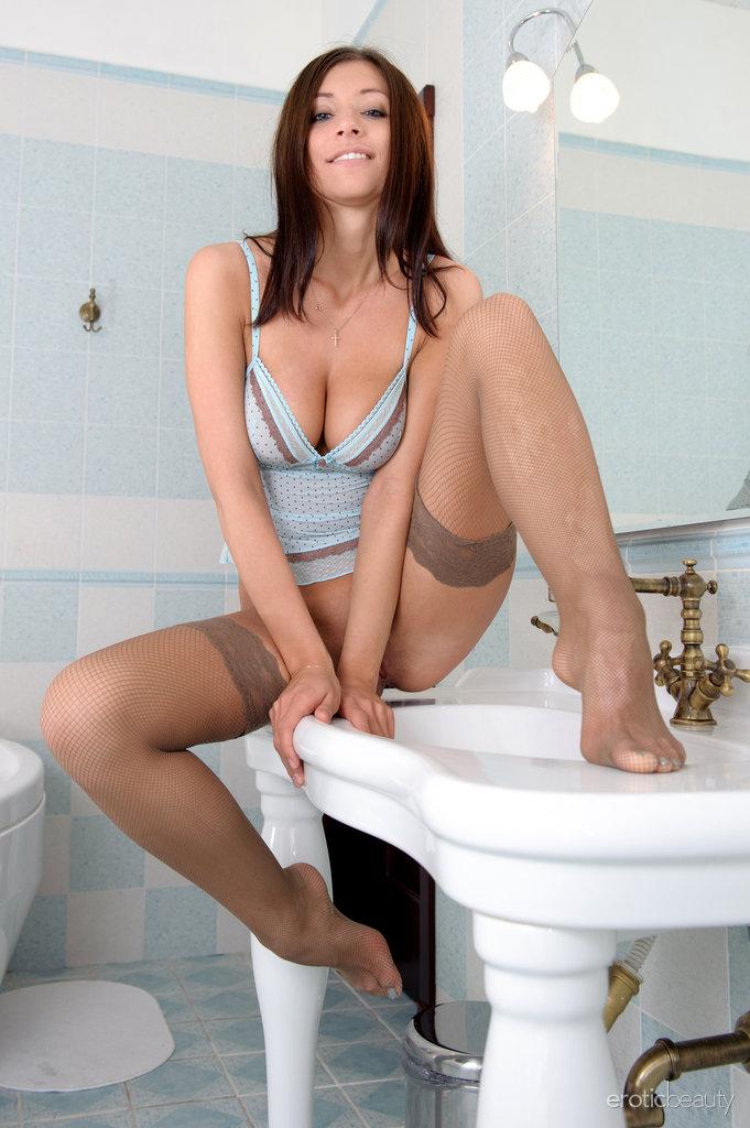 simone-b-bathroom-eroticbeauty-02