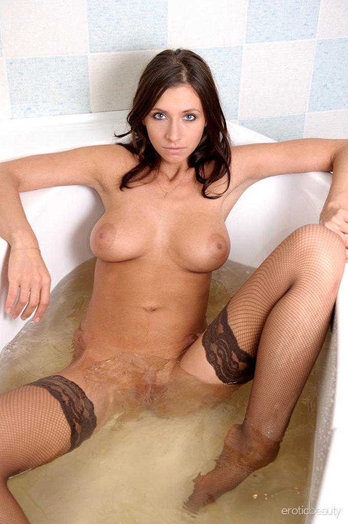 simone-b-bathroom-eroticbeauty-16