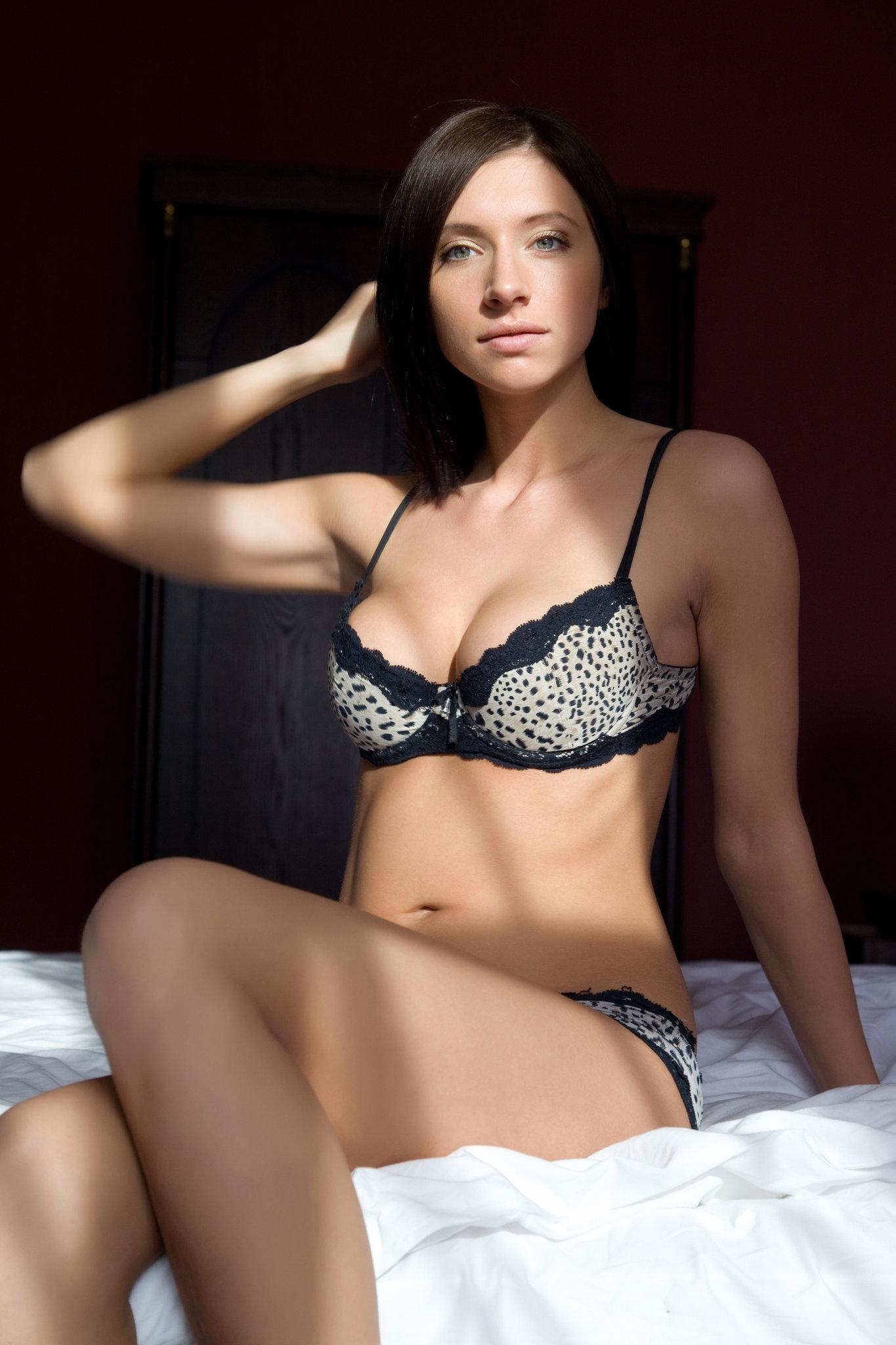 simone-b-lingerie-bed-nude-metart-02