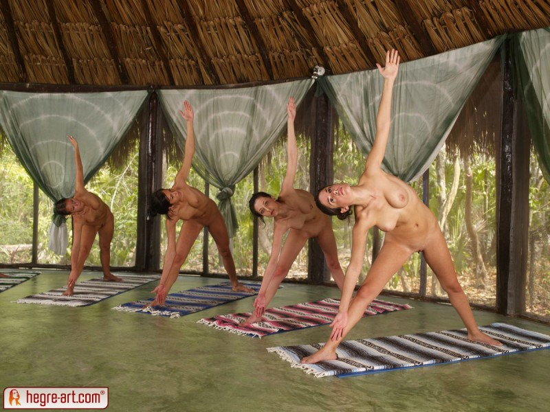 nude-group-yoga-09