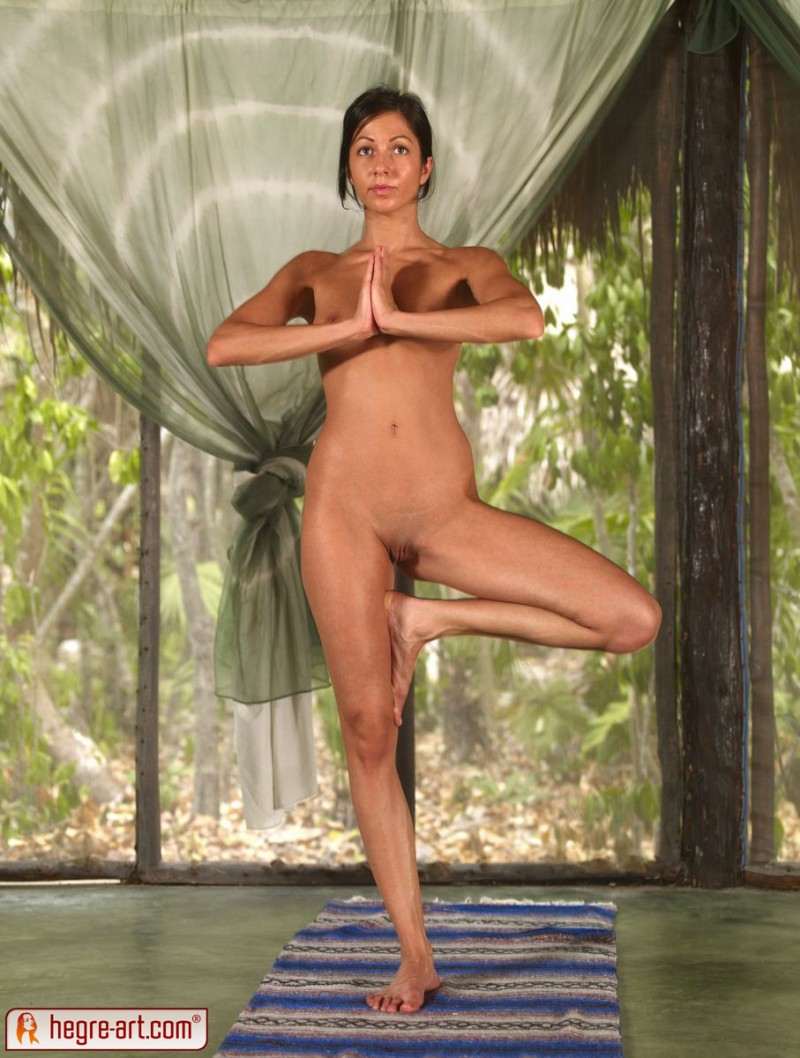 nude-group-yoga-11