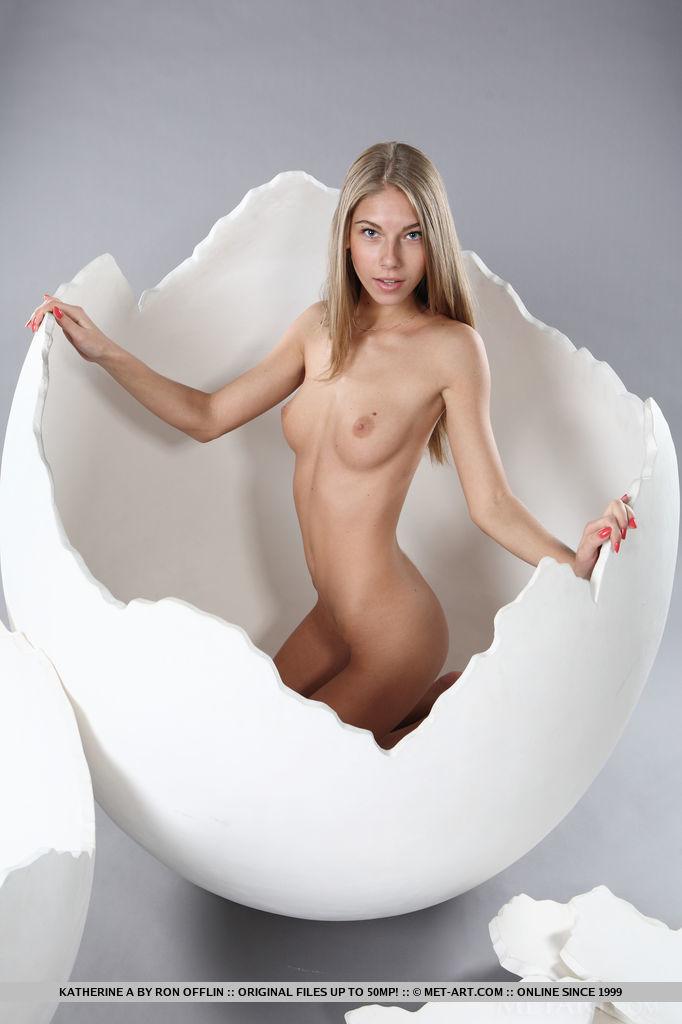 katherine-a-big-egg-met-art-02