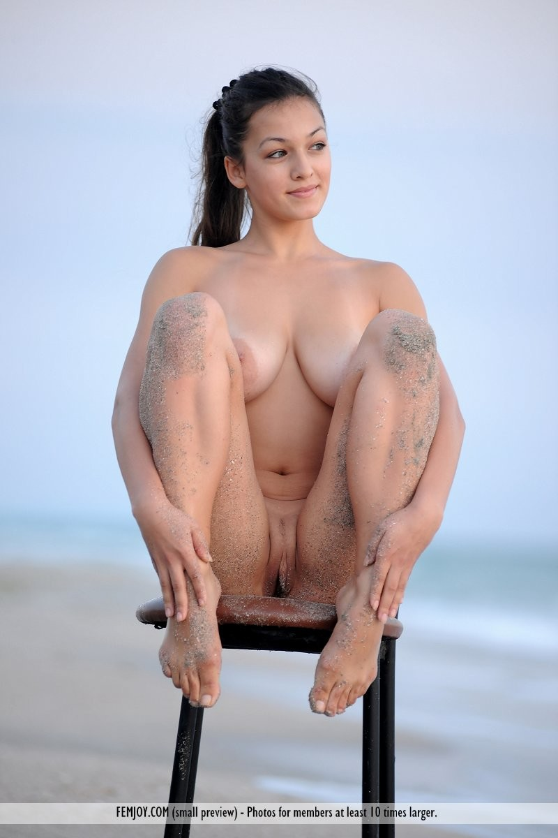 sofie-chair-seaside-naked-beach-femjoy-13