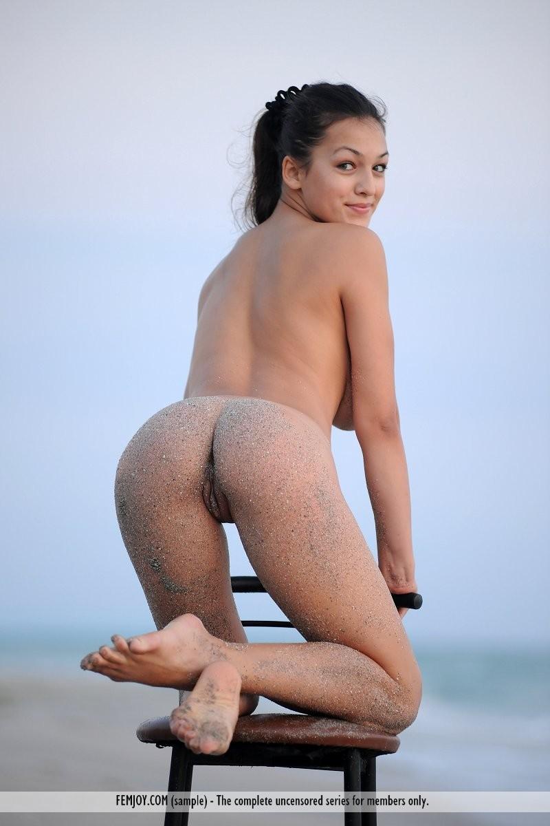 sofie-chair-seaside-naked-beach-femjoy-14