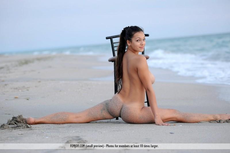 sofie-chair-seaside-naked-beach-femjoy-15