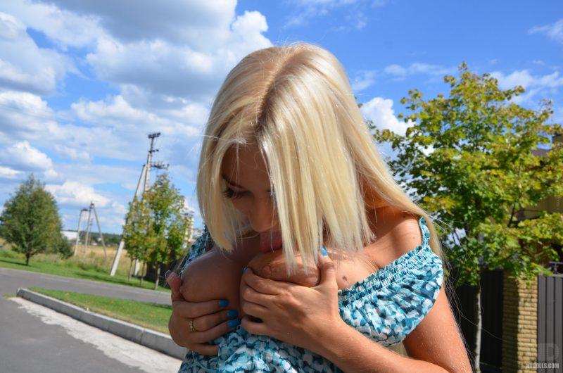 sofia-chubby-blonde-flash-public-nudolls-04