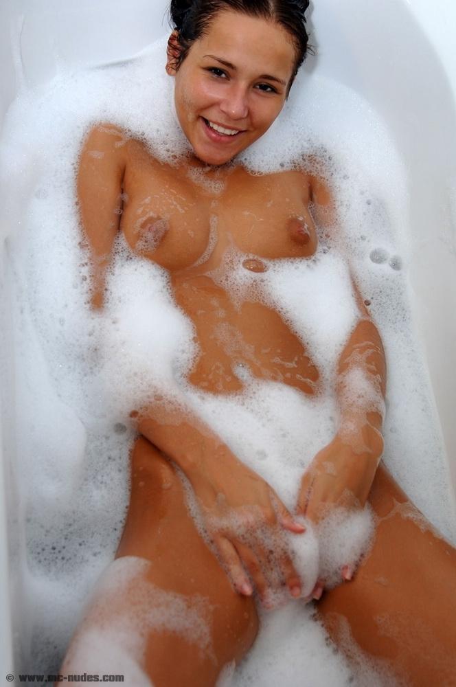sonia-red-bath-mc-nudes-16