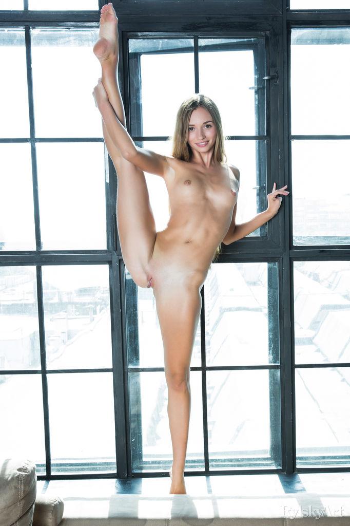 steffi-nude-big-window-rylskyart-02