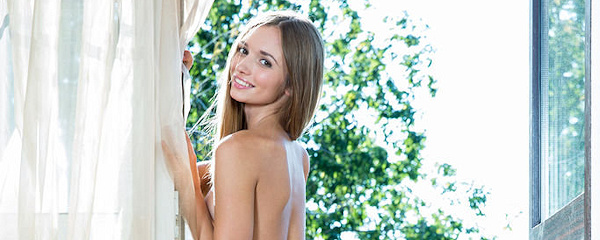 Steffi – Open balcony door
