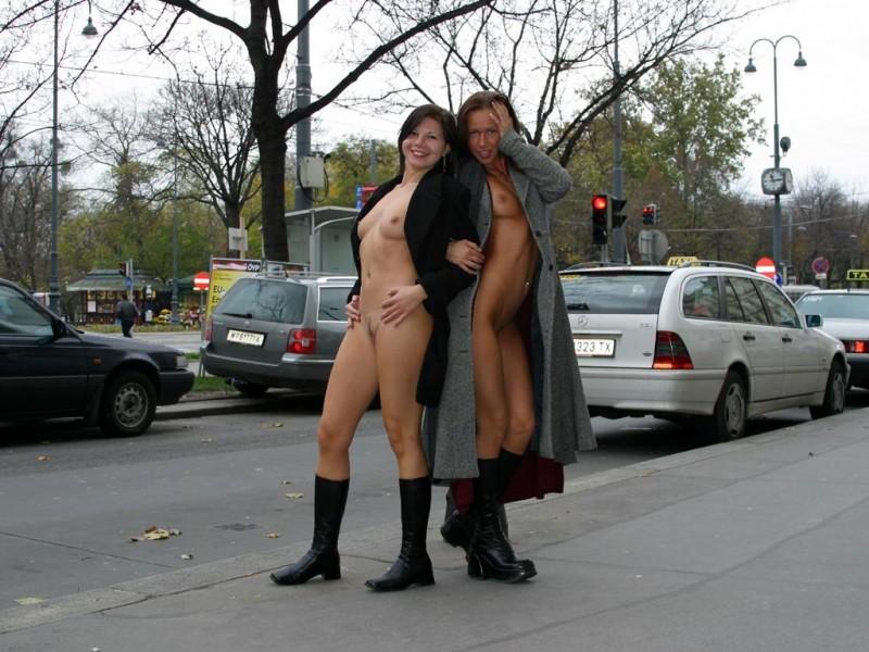 edita-&-zuzana-nude-in-public-01