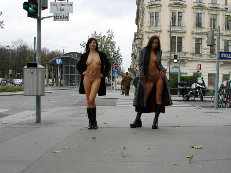 edita-&-zuzana-nude-in-public-02